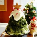 クリスマスのかき氷抹茶と赤いフルーツ